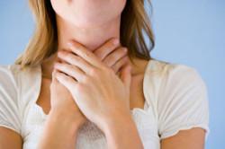 Дискомфорт при проглатывании слюны - признак появления кисты миндалин