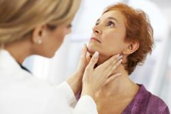Осмотр врача при появлении новообразования на губе